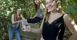 De gauche à droite : la game designer Capucine Nicolas, la programmeuse Marie Marquet et la chargée de com Ophélie Mourier, du studio Core Scope, sur le parcours «famille» de Montpellier Discovery, au Jardin des Plantes de Montpellier ®E.Hannoteaux